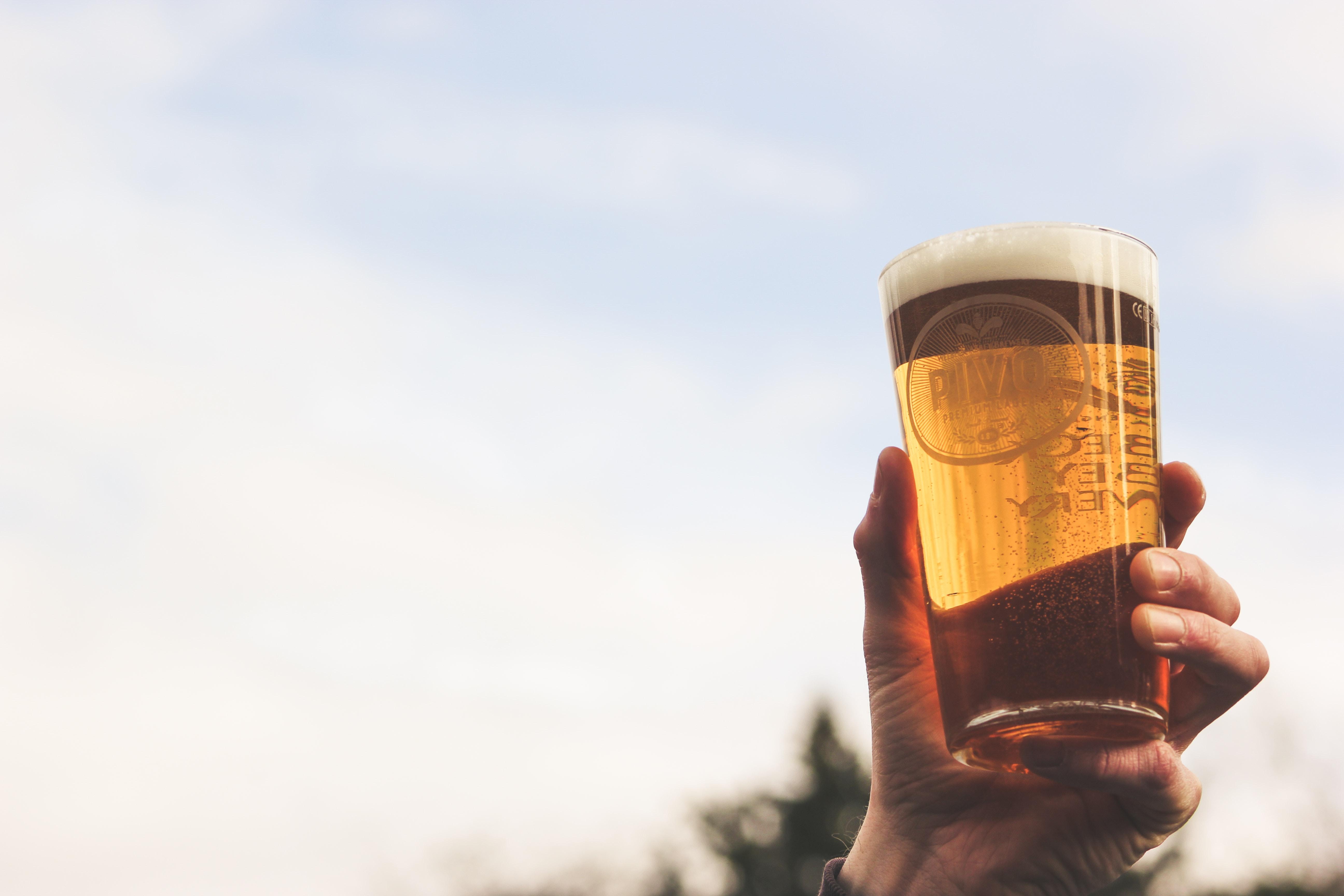 イメージ写真:ビールを持つ男性の手
