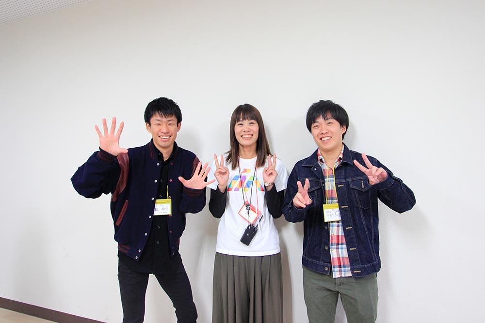 写真:企画に集まってくださった学生さんと原田さん(中央)